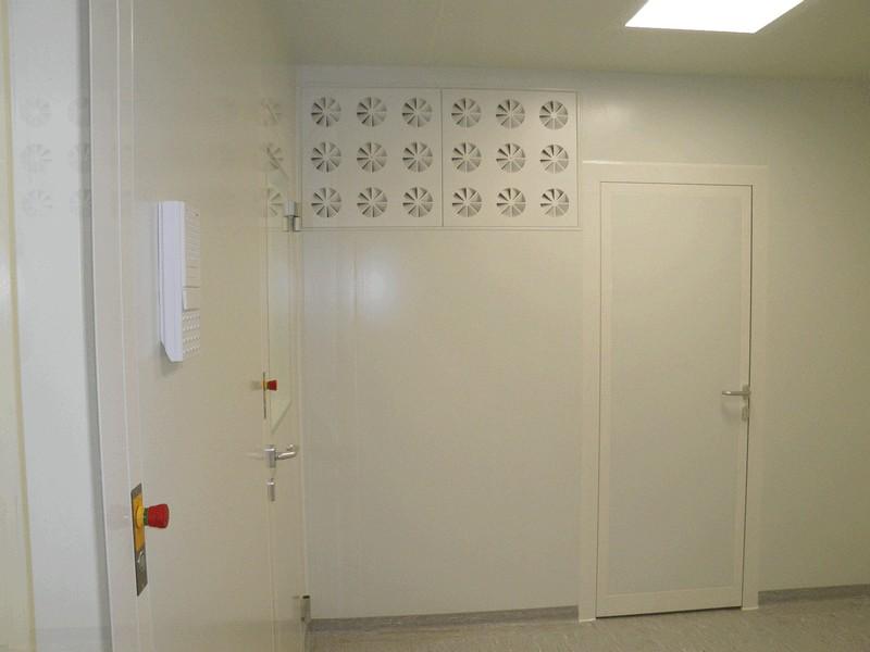 Reinraumauslass in der Wand